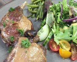Confit de canard met salade, purée of kroketten: 13€